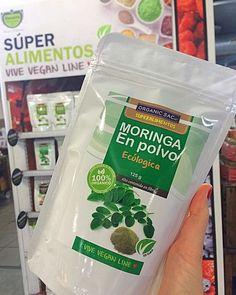 ¿Conoces la #Moringa?  Hay muchos #Minerales presentes en la Moringa, entre ellos están incluidos el #Calcio, #Cobre, #Hierro, #Potasio, #Magnesio y #Zinc La Moringa es la fuente más rica en Calcio encontrado en material vegetal y posee 17 veces más que la leche de vaca. Posee aproximadamente 46 #Anxioxidantes, sus hojas son ricas en flavonoides y quercitina. Además, la #VitaminaC y la #VitaminaE presentes en la Moringa funcionan también como antioxidantes  Los #Fitonutrientes prese