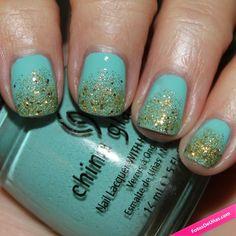Uñas pintadas de celeste con degradado en purpurina dorada. #Uñas #Nails #NailsArt #Celeste #NailPolish