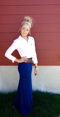Белую рубашку можно носить и с юбками длины макси.