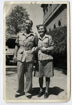Bush jackets and smiles Bush jackets: short sleeved tan cotton jacket with four large flapped pockets made to imitate styles worn by hunters and explorers in Africa, were popular for casual wear in the Native American Art, American Indians, Ww2 Pictures, Chapter 16, Guy Names, Photo Postcards, World War Ii, Wwii, Africa