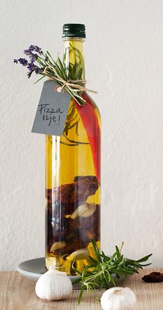 enkle og billige gaver du lager selv Infused Oils, Edible Gifts, Sugar And Spice, Food Gifts, Homemade Gifts, Tapas, Diy And Crafts, Spices, Christmas Gifts