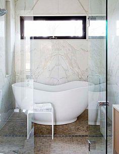 Cuarto de baño con mampara de cristal y bañera