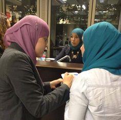Hanan Challouki overtuigt deze jongedame om mee te doen met de massmail-actie! Lees hier het interview van Hanan met Güler Turan.