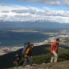 Cuando la nieve no lo cubre todo, los paisajes de Tierra del Fuego son un espectáculo para la vista de sus visitantes. Explora sus tierras en intensas caminatas en el momento ideal del año.