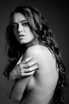 portrait / naked / long hair / curly / bw / black / studio