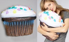 frikkin cupcake pillow. makin' me hungry an' all.
