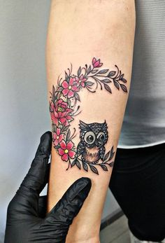 50 of the Most Beautiful Owl Tattoo Designs and Their Meaning for the Nocturnal Animal in You - Tattoo's - Tatouage Cute Owl Tattoo, Owl Tattoo Small, Small Wrist Tattoos, Unique Tattoos, Beautiful Tattoos, Cool Tattoos, Incredible Tattoos, Bird Tattoos, Feather Tattoos