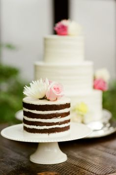 A gorgeous duo of flower-topped cakes: http://www.stylemepretty.com/little-black-book-blog/2015/08/31/romantic-al-fresco-montana-wedding/ | Photography: Tamara Gruner - http://tamaragruner.com/