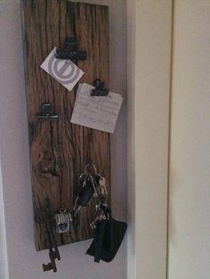 Oude eiken plank...memo-clips en haken. Zelf ontworpen memo/ sleutel bord