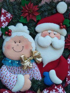 Corona de la pareja Claus del volumen 28 de FIELTRO para coleccionar de Editorial DUVE   Ordénela con envío a domicilio en: 💻 www.editorialduve.mx WhatsApp  📲+5215543425646  📲+5215561117118 #fieltro #navidad #manualidades Christmas Art For Kids, Christmas Clay, Christmas Crafts, Christmas Decorations, Christmas Ornaments, Holiday Decor, Christmas Quilt Patterns, Felt Ornaments, Diy And Crafts