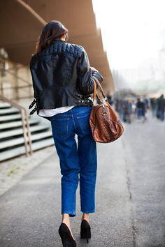Biker jacket con jeans y cartera suela Qué me pongo | Seguí la moda