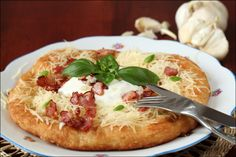 Langos - Ungarns Brotspezialität - FOOD Bacon Pictures, Good Healthy Recipes, Vegan, Minion, Vegetable Pizza, Baked Potato, Pancakes, Appetizers, Yummy Food