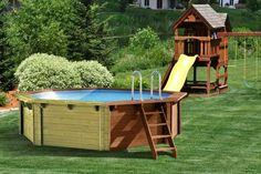 une piscine ronde en bois avec une échelle en bois dans le jardin
