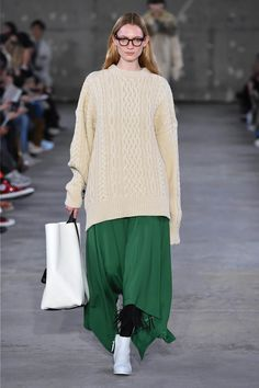 Expensive Women S Fashion Brands Knit Fashion, Runway Fashion, High Fashion, Winter Fashion, Womens Fashion, Fashion Hats, Fashion Edgy, Midi Skirt Outfit Casual, Casual Outfits