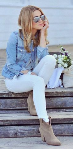 A Go-To Casual Fall Outfit Idea How to wear white denim in winter - I love this look so much! Gray tee, denim jacket, white jeans and nude boots. Street Style Outfits, Mode Outfits, Casual Outfits, Denim Outfits, Casual Dresses, Office Outfits, Cardigan Outfits, Street Outfit, Business Outfits