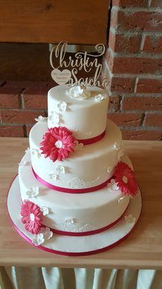 Hochzeitstorte mit Pinken Zucker Blumen. www.thetinycakeboutiqe.com
