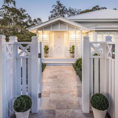 New house front fence decks ideas Die Hamptons, Hamptons Style Homes, Weatherboard House, Queenslander, Interior Exterior, Exterior Design, Gazebos, Front Fence, Front Stairs
