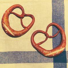 天然酵母でハードプレッツェル 焼きました\(^o^)/ 独特な香りと岩塩のしょっぱさ♡  本場のプレッツェル 食べてみたいな〜。。。 - 207件のもぐもぐ - ハードプレッツェル by minami