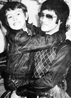 Artisti marziali ed attori di fama mondiale, Bruce Lee e suo figlio Brandon ebbero molto in comune; anche una morte avvolta nel mistero, sulla quale aleggia l'ombra della Triade cinese. su http://cultstories.altervista.org/bruce-brandon-lee-dragone-triade/ #cinema #cultstories Cult Stories