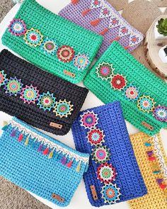 """453 Beğenme, 35 Yorum - Instagram'da Gönül...🇹🇷 (@yaruze_): """"Benim kızlar giyinip, süslenip pozlarını verdiler, kıtalar arası yolculuğa hazırlar. Taa…"""" Crochet Handbags, Crochet Purses, Crochet Doilies, Crochet Flowers, Knit Crochet, Crochet Wallet, Purse Wallet, Clutch Bag, Pouch"""