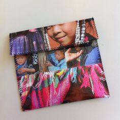Pochette en plastique transparent avec des photos et cousue en zigzag Creations, Frame, Photos, Home Decor, Sewing, Handkerchief Dress, Fabric, Picture Frame, Pictures