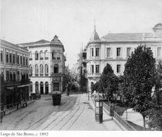 1892 - Largo de São Bento. Adiante segue a rua São Bento. A esquerda temos a rua Boa Vista. Foto de Marc Ferrez. Acervo do Instituto Moreira Salles.