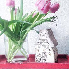 Das ist mein Frühlingshäuslein von dem Dawanda Shop #villakruschtelbunt  ich hab auch ein Winterhäuslein ☺️ es ist super schön von Hand bemalt  in ihrem Shop gibt es natürlich auch noch andere schön gestaltete Dinge wie Türschilder, Kisten, etc... Im Schwabenländle verlauft sie ihre Sachen auch auf verschiedenen Künstlermärkten  einfach wunderschön  #decoration #dekoration #shabbychic #holzhaus #interior #homedecor #homesweethome