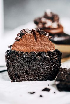 These paleo cupcakes will change your life! Moist, fluffy, and made in a blender. Topped with my favorite easy paleo chocolate frosting.#chocolate #paleo #paleodessert #healthydessert #cake #frosting Easy Paleo cupcakes. Paleo chocolate cupcakes recipes. Almond flour paleo cupcakes. Best paleo cupcakes. Easy moist chocolate cupcakes. Chocolate cupcakes from scratch.