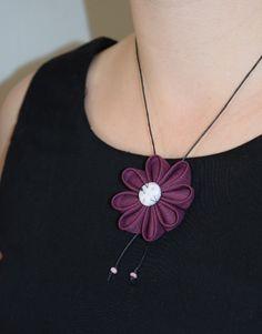 Collier fleur en tissu prune noir Liberty perles - L'atelier du petit oiseau