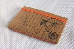 Cadernos de bolso, capa em papel Kraft 420, detalhes em carimbo <br>Detalhe da capa interna em papel de scrap 180 gramas. <br>Costura Correntinha <br>Miolo em papel polén 70gr, sem pauta <br>30 folhas <br>Fechamento com elástico <br>Tamanho: 15,0 x 10,5 cm