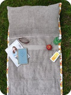 Free sewing instructions for a beach mat Diy Sewing Projects, Sewing Tutorials, Sewing Crafts, Sewing Patterns, Beach Towel Bag, Beach Mat, Beach Pool, Free Sewing, Diy Gifts