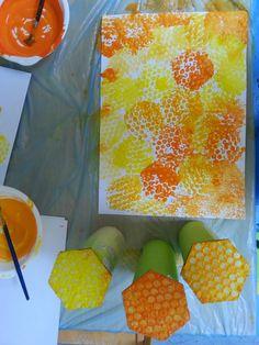Honeycomb stamping rüeblikrokodil: summ, summ, summ – painting with children - Easy Crafts for All Arte Elemental, Bee Activities, Summer Activities, Art For Kids, Crafts For Kids, Bee Wings, Bee Art, Bee Crafts, Toddler Art