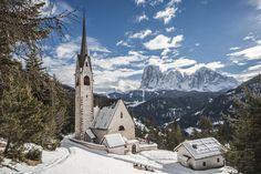 La chiesa di San Giacomo, la più antica della val Gardena, coperta di neve. Photo credit: Shutterstock