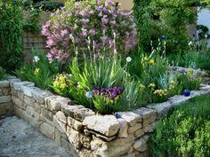 nice elevated garden bed · made of stones · sort of italian flair ··· #gardening ··· hochbeet mit steinen statt holz. wirkt bisschen wie in italien <3 ··· #steingarten // more nature gardening stuff -> @undelisch
