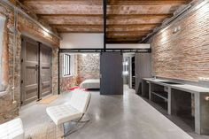 Completed in 2016 in Barcelona, Spain. Images by David Benito Cortázar. When dealing with the refurbishment of this old carpenter& workshop placed at Barcelona& Poble Sec neighbourhood, the main goal was to set up this. Casa Loft, Loft House, Lofts, Loft Estilo Industrial, Industrial Lamps, Interior Architecture, Interior And Exterior, Loft Stil, Style Loft
