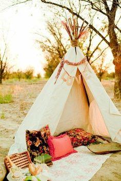 Picnic in a tipi tent, super romantic! Outdoor Rooms, Outdoor Living, Outdoor Decor, Outdoor Fun, Books Decor, Chillout Zone, Bohemian Summer, Bohemian Theme, Bohemian Beach