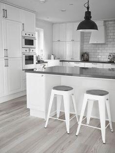 32 brilliant small kitchen ideas you're sure to love 10 New Kitchen, Kitchen Dining, Kitchen Decor, Kitchen White, Kitchen Ideas, Sweet Home, Best Flooring, Cuisines Design, Interior Design Kitchen
