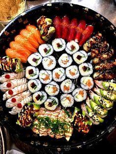 I want to marry a sushi maker I Love Food, Good Food, Yummy Food, Sushi Recipes, Asian Recipes, Sushi Comida, Nigiri Sushi, Sashimi, Comida Baby Shower