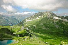 Dağ ve gölün güzel Alpleri manzarası.  Stocksy United için BONNINSTUDIO tarafından