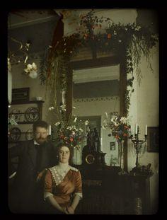 Jacob en Tini voor de spiegel in de woonkamer, Jacob Olie Jr, 1913