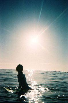 Enamórate de una mijer que Busca su espacio y Respeta el tuyo / Una mujer que ama libremente comprende que necesitas tu espacio, pero también sabe que ella necesita el suyo. Buscará tener y darte momentos donde ambos puede conectarse consigo mismos, tiempo para la reflexión y meditación o incluso para el simple ocio. Una mujer que cree en el amor libre te mirará contenta cuando necesitas estar solo y esperar con calma para cuando regresas, pero nunca esperará inmóvil, ella también volará…