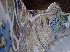 Parco Guell_ Antoni Gaudì. I muri sono rivestiti di piastrelle dalla forma irregolare, come a comporre un mosaico, in ceramica policroma.