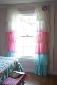 I love, love, love these ruffle curtains.  I want to make them for Evie's room.  Like now.