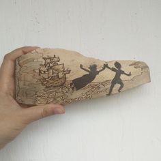 #pyrographer #pyrography #pyrographersofinstagram #pyrographyart #pirográfia #woodworking #woodburning #peterpan #peterpanart #captainhook #ship #sea #pirate #hookkapitány #pánpéter #hajó #mik #unique #érdekes #mutimitalkotsz #mutimitrajzolsz #mutimitcsinálsz #madeinhungary #madewithlove #kézzelkészült #handmade #homedecor #dekoráció Pyrography, Neverland, Petra, Peter Pan, Wood, Unique, Home Decor, Decoration Home, Woodwind Instrument