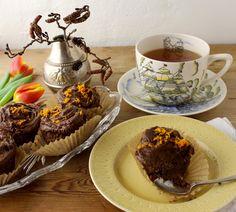 Chokolade muffins med appelsinsaft og -skal. Topping af avocado, smeltet chokolade, appelsinsaft og -skal. Lækre saftig og med fyldig chokoladesmag. Kagen er uden tilsat sukker. Sødet med bananer o...