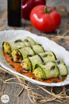 Roślinna : RAW roladki z cukinii i awokado w sosie pomidorowy...