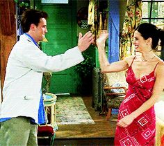 Mondler high fives - Monica Geller and Chandler Bing from Friends Friends Cast, Friends Gif, Friends Moments, Friends Series, Friends Tv Show, Friends Forever, Chandler Friends, Friends Season, Season 3