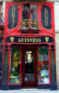 Today it is an Irish Pub which has managed to conserve much of the original modernist decoration both outside and inside.
