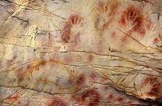 Le Impronte di mani e il disco in rosso nella grotta El Castillo, in Spagna, sono le pitture rupestri più antiche in Europa