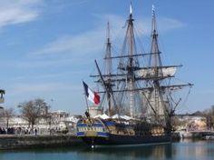 L'Hermione, la fragata del marqués de La Fayette, en el puerto de La Rochelle en Francia.